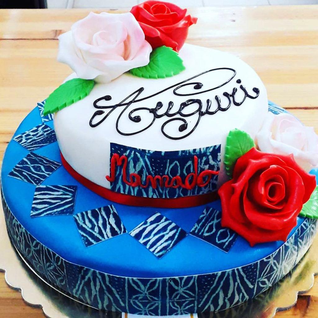 torta a due piani di compleanno decorata