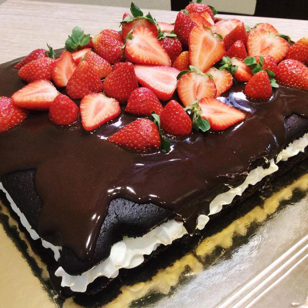 dolce cioccolato, panna e fragole