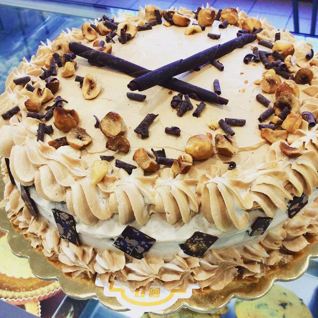 torta decorata nocciola scaglie di cioccolato dolcemente'