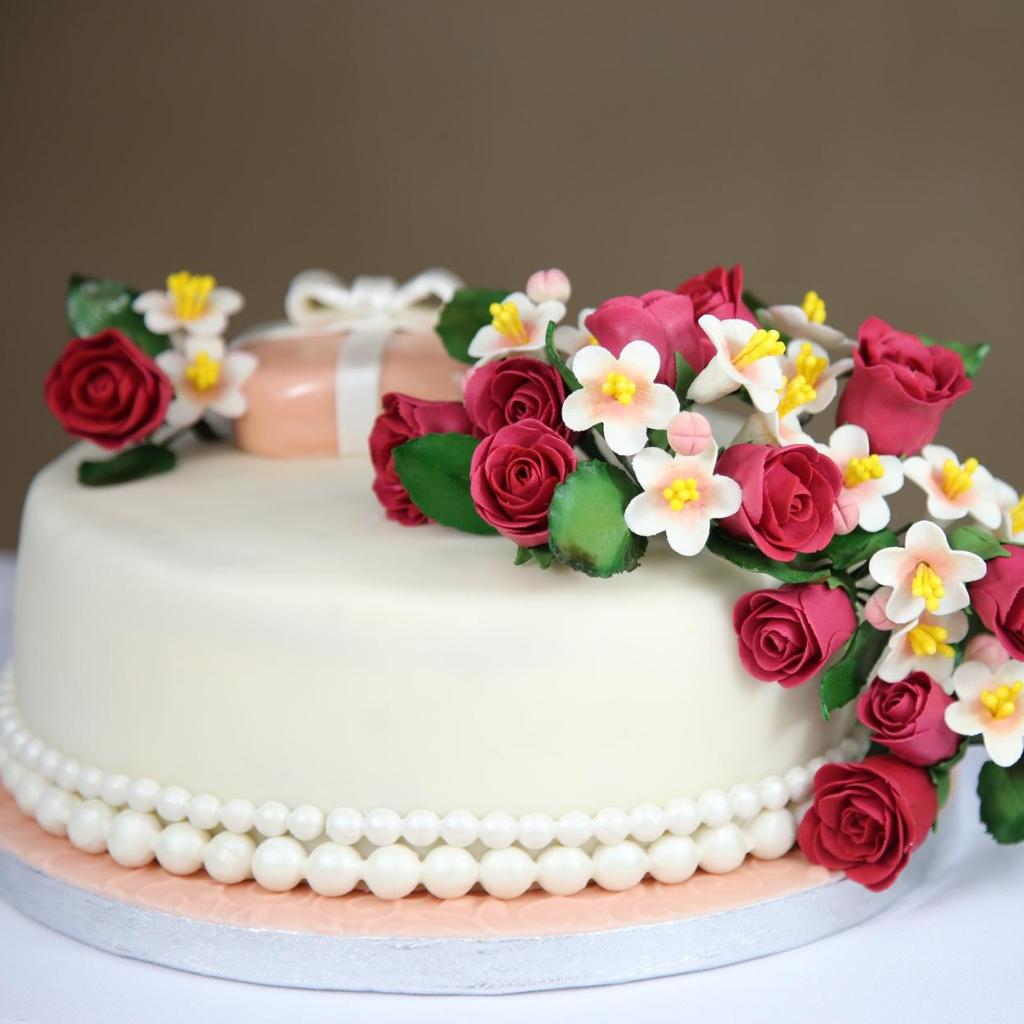 torta anniversario con perle e fiori