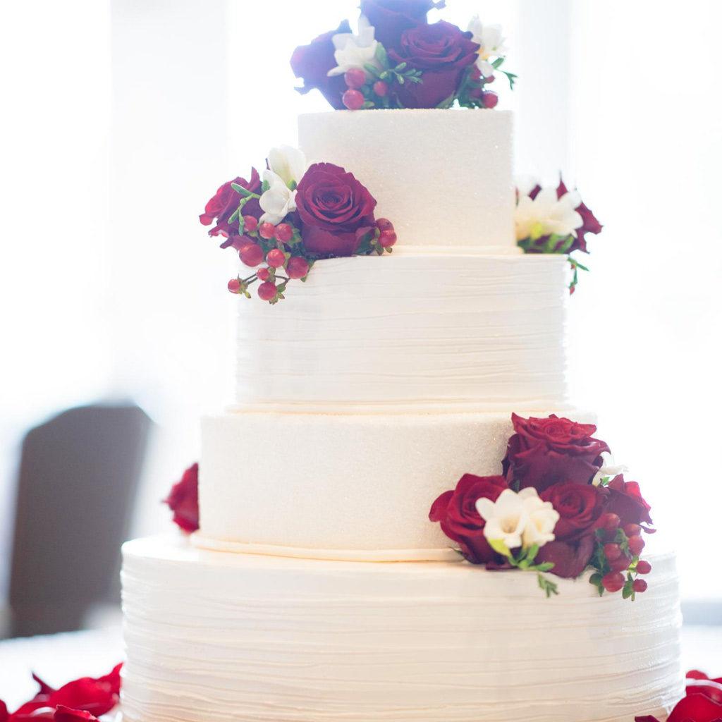 torta nuziale rose rosse