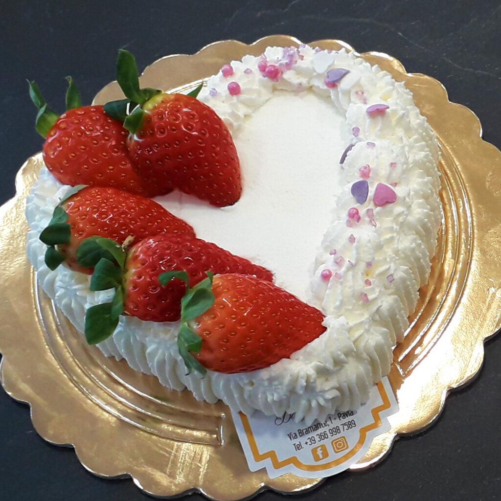 torta a cuore san valentino pavia - panna e fragole
